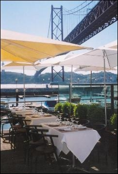 Restaurant in Docas facing 25 de Abril Bridge